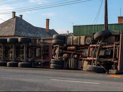 Nincs fedezet a műszaki kiadásokra, 40 tonnás időzített bombák száguldoznak a magyar utakon – figyelmeztet a logisztikai szövetség