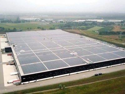 A világ legnagyobb napelemes tetőjét építették egy raktárra Néderlandban