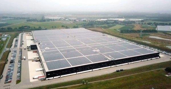 Największy na świecie dach solarny założono na magazynie w Niderlandach. Centra logistyczne będą w p