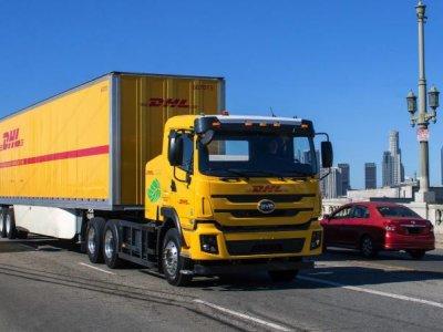 """A DHL az elektromos teherautókra szavaz: négy új """"villanykamion"""" az amerikai flottában"""