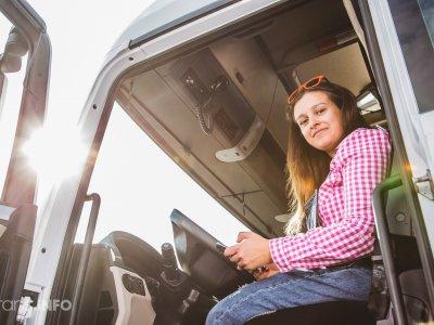 В этой стране женщины получат права на вождение грузовиков бесплатно