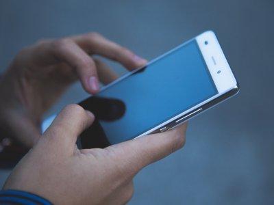 Zrobił sobie tajny schowek na smartfona. Gdy go używał, prawie staranował… radiowóz