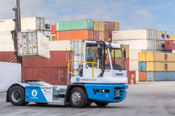 Rotterdam Port's new hydrogen-powered tractor. How does it compare to its diesel counterpart?
