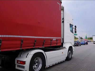Sunkvežimio vairuotojas stojo prieš teismą, nes… persirengė automobilių stovėjimo aikštelėje