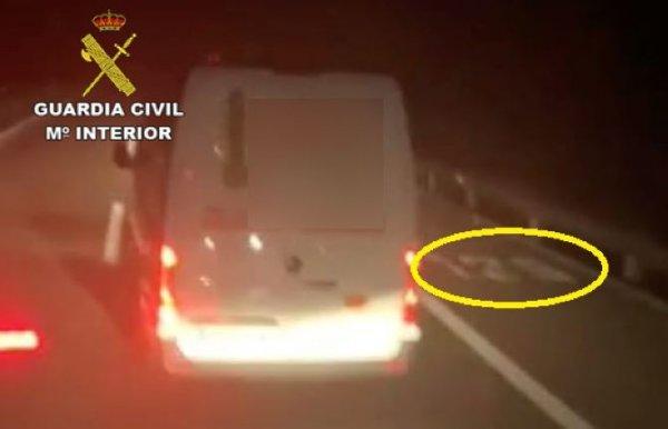Za głupi wybryk kierowcy dostawczaka grozi 30 tys. euro grzywny. Naraził na niebezpieczeństwo jadące