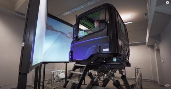 Symulator jazdy ciężarówką, w którym poczujesz nawet wertepy na drodze. Zobacz, jak działa i do czeg