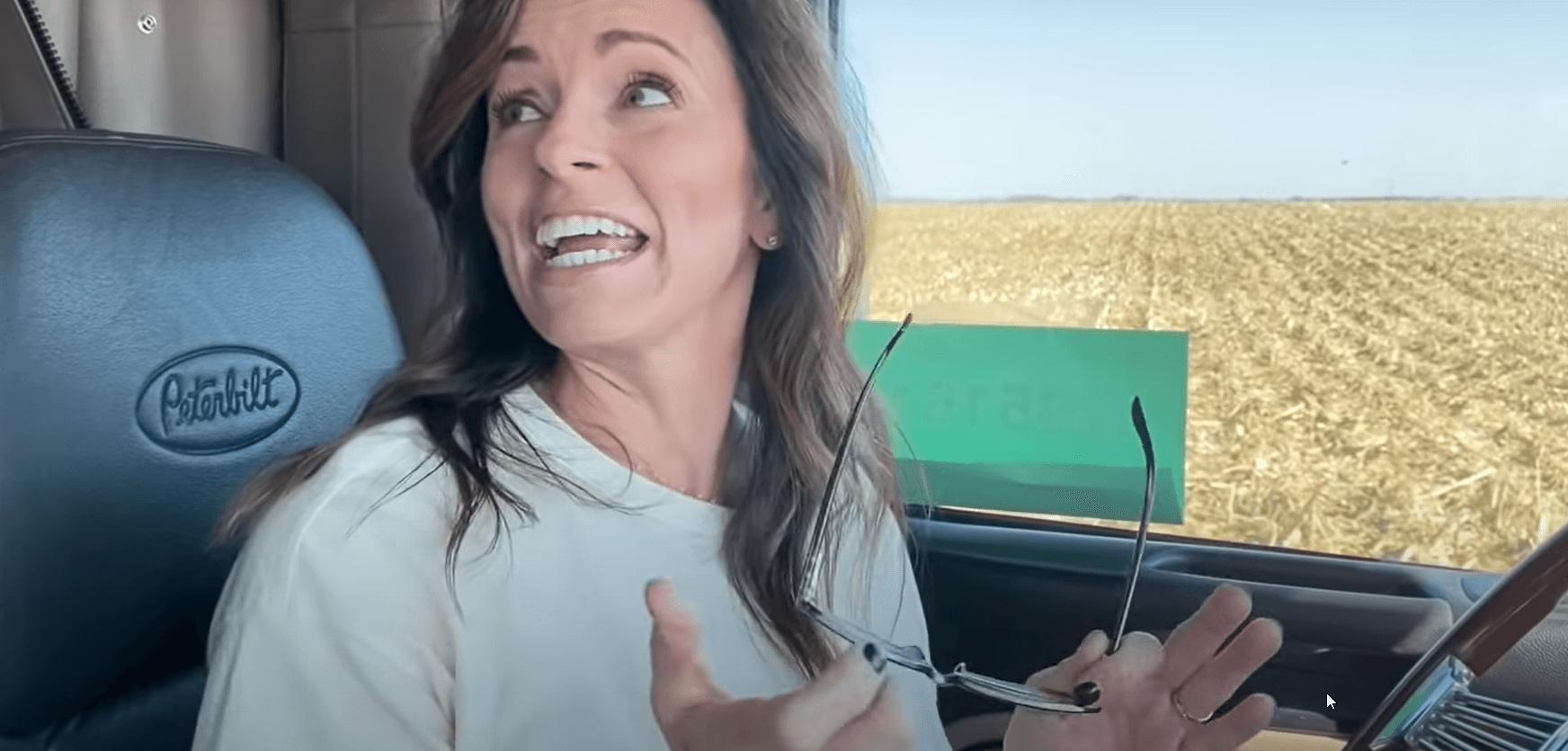 Video | Angajații din birou ies pe teren și conduc, în premieră, un camion