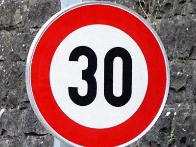 Egy európai ország a lakott területeken a maximális sebességhatárt 30 km/órára szeretné korlátozni