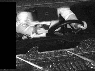 Handy in der Hand während der Fahrt? Intelligente Kameras helfen, Verkehrssünder zu erwischen