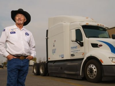 Pokonał dystans równy 10 podróżom na księżyc bez wypadku. W czym tkwi sekret bezpiecznej jazdy amerykańskiego truckera?