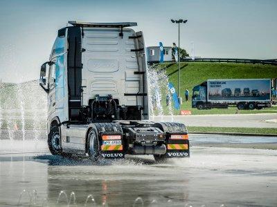 Sunkvežimių gamintojams koronavirusas nebaisus? Jie naudoja pandemijos laiką plėtrai