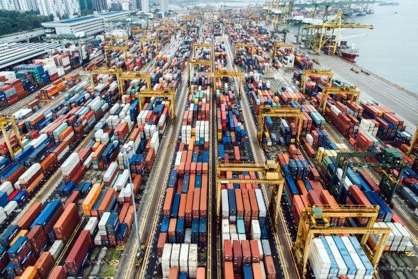 Transport morski z Chin do Europy coraz droższy. Na razie taniej wysłać ładunki pociągiem, ale to si