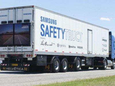 Soluție interesantă pentru depășirea în siguranță: ecrane LCD amplasate pe spatele camioanelor