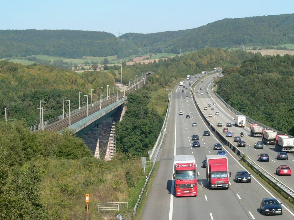 В связи со строительными работами в Гамбурге-Штеллингене автомагистраль A7 в Германии будет в эти выходные закрыта. С сегодняшнего дня (18 декабря) с 22:00 до понедельника, до 5 часов утра, водителям нужно будет делать объезд на участке между перекрестками Гамбург-Штеллинген и Эйдельштедт. Рекомендуем объезжать этот участок по дорогам A1, A21 и B205.