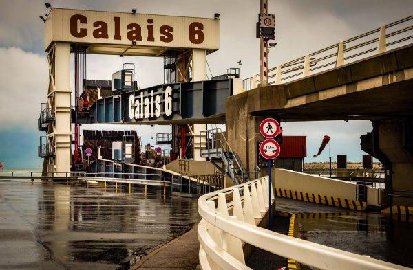 Marea Britanie realizează stocuri masive de produse în timp ce criza refugiaților la Calais se adânc