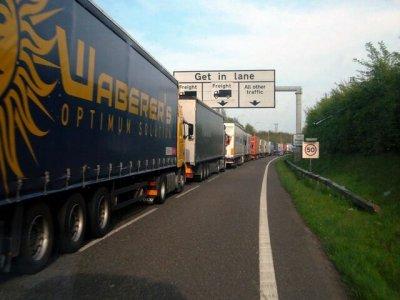 """Vairuotojai Kente bus baudžiami už netinkamą sunkvežimių statymą? """"Vairuotojai negalės ilsėtis"""""""