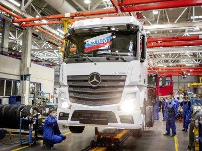 Elkészült a 25 ezredik Mercedes teherautó – az orosz KAMAZ gyárban