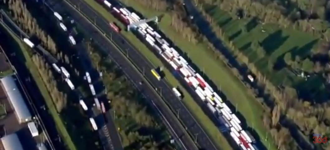 """""""Zabiorę na święta, podjadę z ciepłym posiłkiem"""". Polacy organizują pomoc dla kierowców uwięzionych w Wielkiej Brytanii"""
