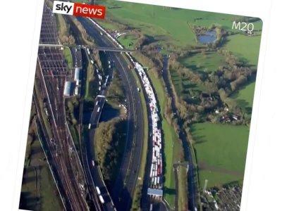 Cozi de camioane extrem de mari pe M20, în apropiere de Kent
