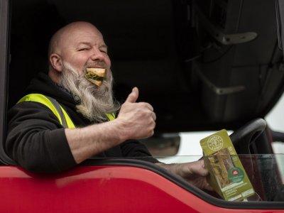 Sandvișuri oferite gratuit șoferilor de camion care se îndreaptă spre UE din UK; motivul este unul mai puțin obișnuit