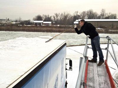 Ledas ant sunkvežimio stogo. Vairuotojų įspėjimas apie pasekmes