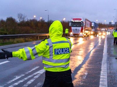 Didžioji Britanija laikinai sušvelnino vairuotojų darbo laiko taisyklių nuostatas