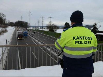 A felüljárókról figyelték a rendőrök, melyik teherautónak van jég vagy hó a tetején