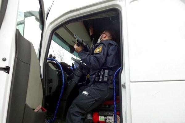 """""""Cyrkowy numer"""" podwójnej obsady nie zdobył poklasku policji. Kierowców czeka postępowanie karne"""