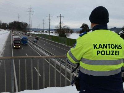 Policija iš viadukų kontroliavo ledu padengtus sunkvežimius. Vairuotojai nukreipti į teismą