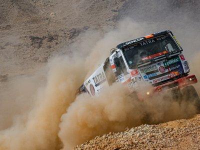 Bezkres pustyni i śmiałkowie w ciężarówkach, czyli Dakar 2021 na zdjęciach