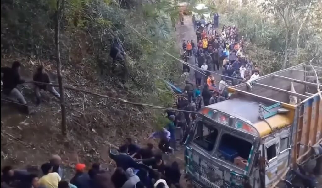 Incredible footage shows Indian villagers pull truck from gorge