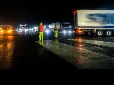 Fiecare al doilea camion care circulă din UK către Calais este gol