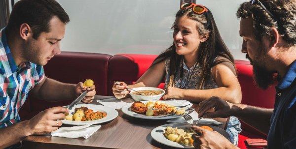 Ispanijoje taikomas naujas reikalavimas sunkvežimių vairuotojams norintiems pavalgyti restoranuose