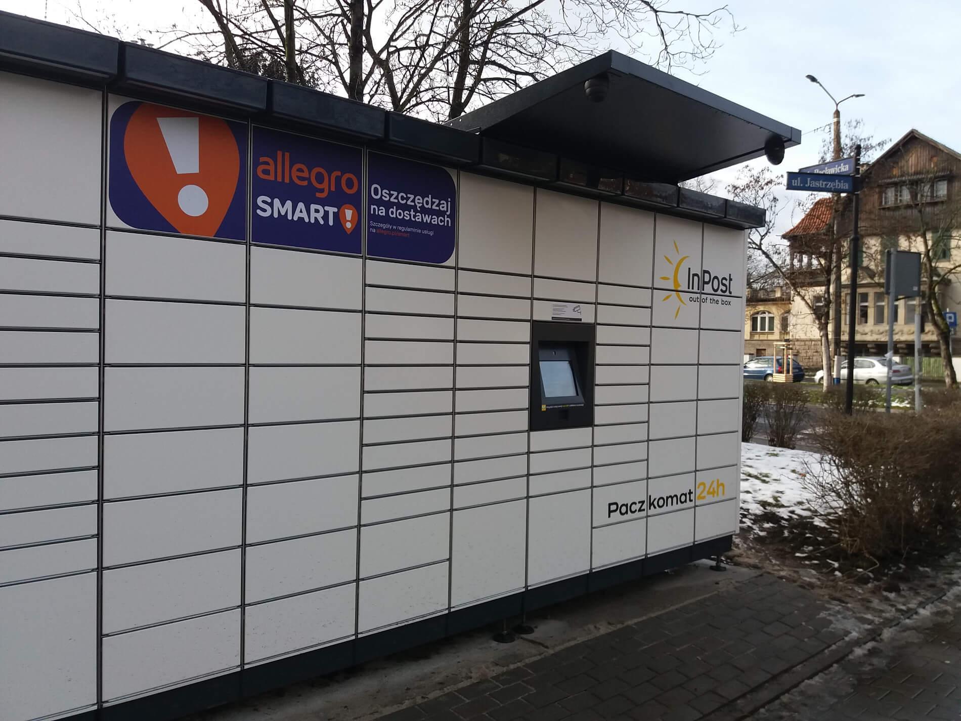 """""""Bitwa"""" o parafie. Poczta i InPost chcą stawiać automaty paczkowe przy kościołach"""