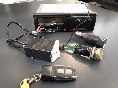 9600 eurós bírság manipulált tachográfért: egy ál-slusszkulccsal szabályozták a menetíró-készüléket