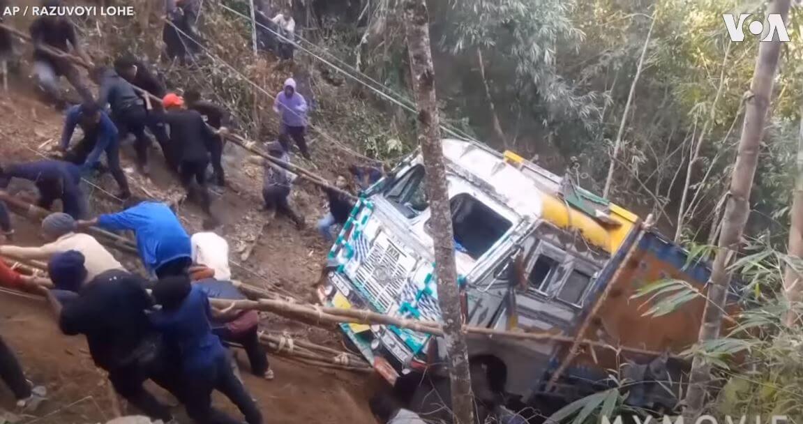 To nagranie udowadnia, że w jedności siła. Wyciągnęli ciężarówkę ze stromego wąwozu tylko siłą mięśni