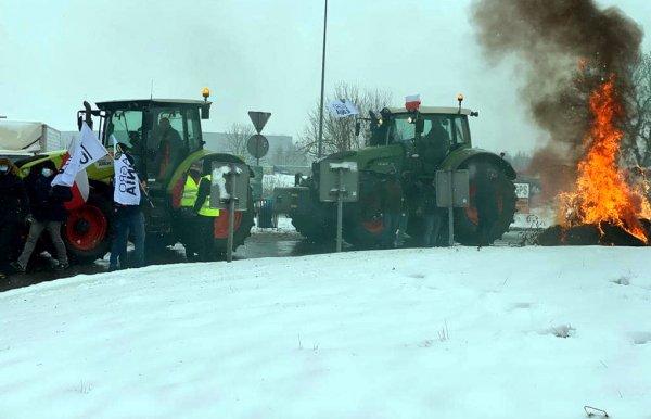 Protest rolników w rejonie Strykowa. Traktory i koksowniki na rondzie