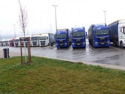 Németország: megbírságolható az a cég, amelyik hosszabb időben a pálya mellett hagyja a járműveit