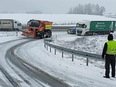 Zima utrudnia jazdę na drogach w kilku krajach. Zobacz, gdzie kierowcy mają kłopoty