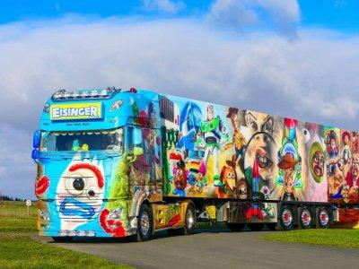 Gördülő Toy Story – csaknem egy évbe tellett ennek a teherautónak a festése