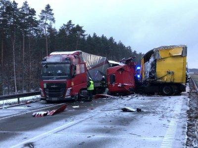 Очередная авария с участием российского водителя. У грузовика отвалилось колесо, в него въехал другой