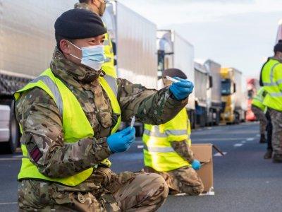 Nincs még aszfalt mindenütt, de megnyitották a kamionparkolót Doverben