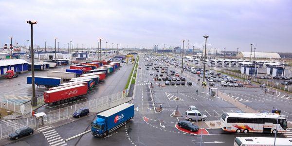 """Po """"Brexito"""" po Europą važiuoja tušti sunkvežimiai, o Airijos vežėjai patiria didesnes transporto iš"""