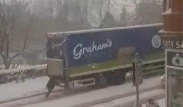 To wideo zadziwia – Szkotka wpycha ciężarówkę pod górę na zaśnieżonej drodze
