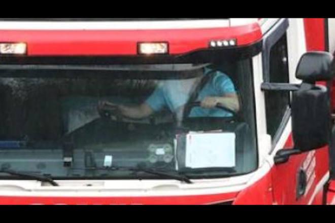 Vokietijos policija tikrino sunkvežimius nuo viaduko. Vairuotojams skirtos didelės baudos