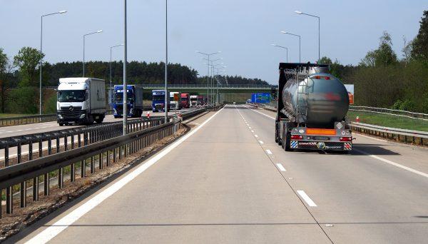 Powroty ciężarówek i zasady kabotażu z Pakietu Mobilności podbiją roczną emisję CO2 o dodatkowe mili