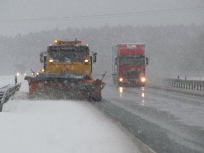 Śnieg sparaliżował ruch w kilku krajach. Zamknięte drogi, unieruchomione ciężarówki