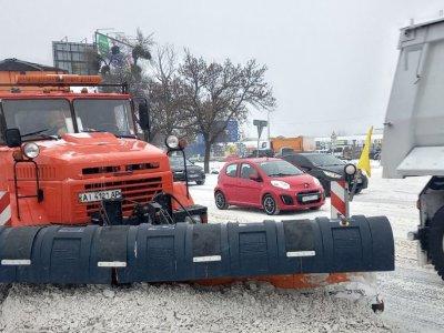 Снегопад парализовал движение на дорогах Украины. Посмотрите, какие дороги и регионы перекрыты