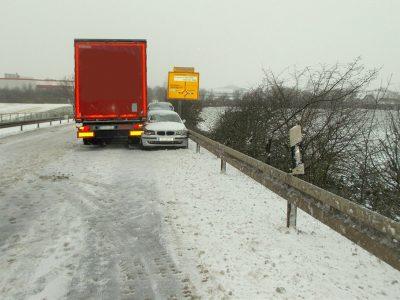 Drąsus sunkvežimio vairuotojo manevras leido išvengti nelaimės