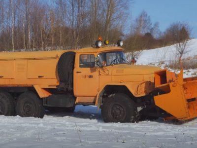 """""""Potwór do odśnieżania, którego boi się zima"""", czyli niezwykła ciężarówka z czołgowym silnikiem"""